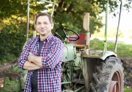 Landwirt vor Traktor