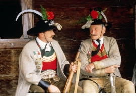 zwei Männer in Tracht